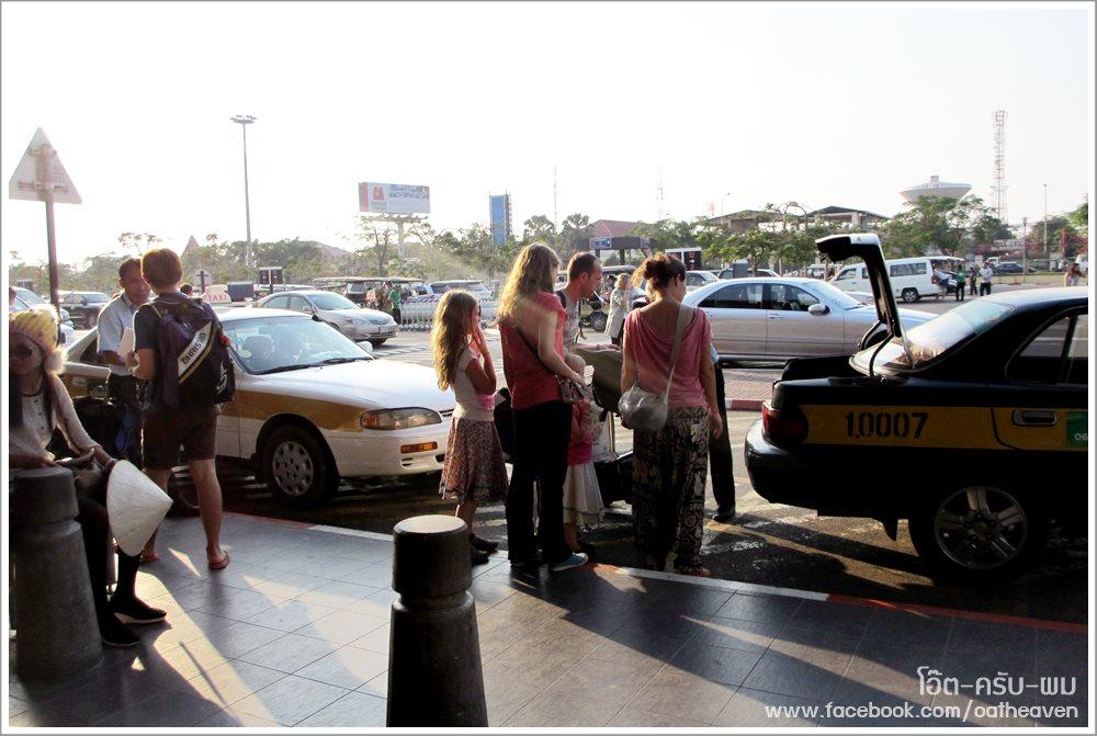 เดินออกมาปุ๊บ จะมีคิวแท็กซี่อยู่ ... ก็ขึ้นรถตรงนี้แหล่ะ